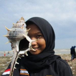 salah satu peserta yang mencari mencari kerang setelah acara penanaman di pantai jungsemi, kendal selesai