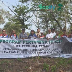 foto bersama Tim PT Pertamina Fuel Terminal Tegal yang menjadi penyelenggara dan sponsor dalam penanaman 1000 pohon cemara laut di Pantai Alam Indah Kota Tegal